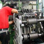 Opérateur de maintenance sur métier à tricoter
